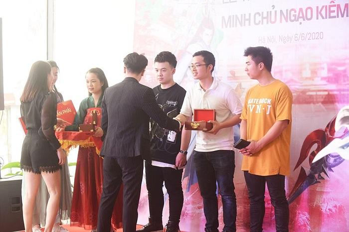Ngạo Kiếm 3D tổ chức trao Ô tô Vinfast cho Ngạo Kiếm Minh Chủ 5