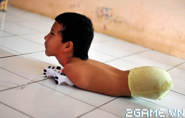 Dù không tay không chân song câu bé này vẫn có tình yêu dành cho game bất diệt! 1