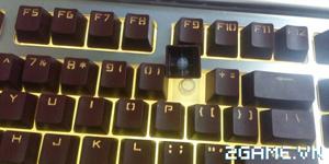 Dở khóc dở cười trước cảnh nhân viên quán net dùng chổi quét văng cả nút bàn phím