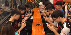 Game thủ Liên Quân Mobile kéo đến mừng khai trương quán cafe của Công Phượng