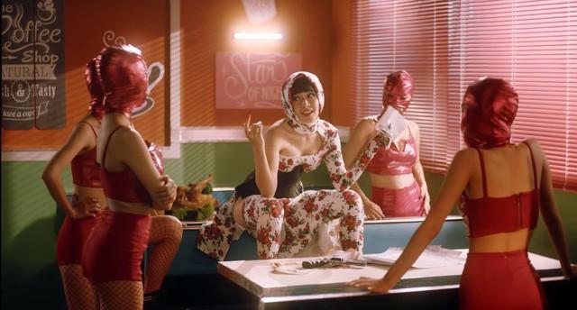 Nhiều bộ trang phục PUBG Mobile VN bất ngờ xuất hiện trong MV mới của Chi Pu 0