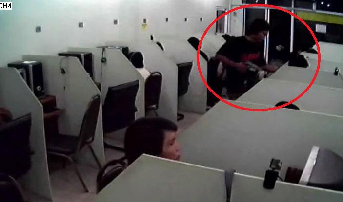 Đang chơi game ở quán net thì bị dí súng vào đầu cướp điện thoại