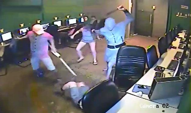 Lặng người trước cảnh 'thân ai nấy lo' trong vụ cướp táo tợn tại quán net
