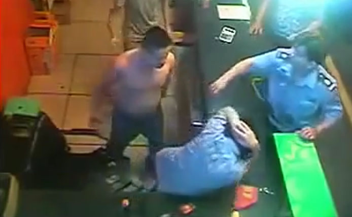 Giang Hồ lao vào đánh chủ quán net, đuổi hết khách ra ngoài, bảo vệ quán bất lực đứng nhìn