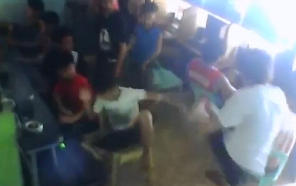 Trẻ trâu cay cú đấm đá loạn xạ ở quán net vì bị thua combat game