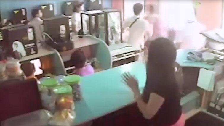 Game thủ hỗn chiến trong quán net khiến nữ nhân viên trông quán sợ phát khiếp