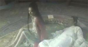 Lộ cảnh 'hôn hít nóng bỏng' bị cắt trong phim Hoa Thiên Cốt