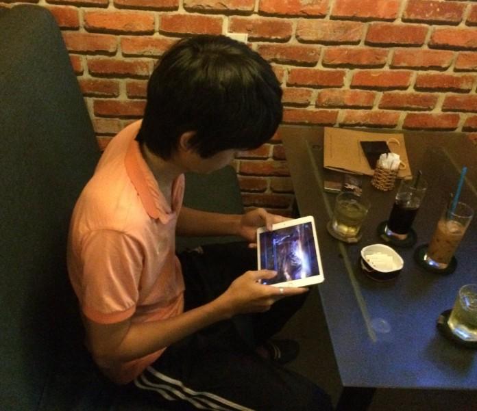 Thua đấu kiếm Yasuo, QTV chuyển sang luyện kiếm trong game mobile