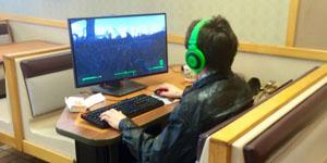 Đã là fan cuồng game PC thì ra quán cafe cũng phải vác máy tính để bàn theo