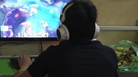 Game thủ xách cả nải chuối ra quán net để chống đói cày rank Liên Minh Huyền Thoại
