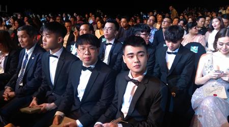 Liên Minh Huyền Thoài: Young Generation diện đồ vest cực ngầu lên nhận giải TOP 1 của WeChoice Awards 2017