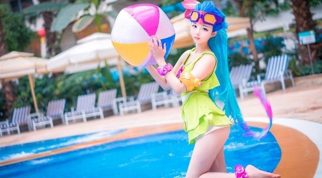 Cosplay Zoe Tiệc Bể Bơi đẹp rụng tim trong Liên Minh Huyền Thoại