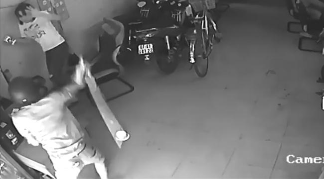 Nam thanh niên xăm trổ cầm tuýp sắt xông vào tiệm net đánh nhân viên nữ