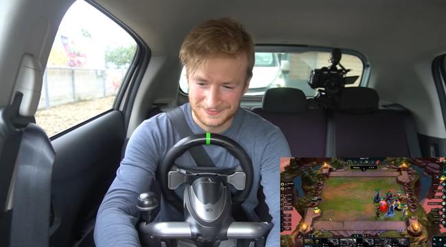 LMHT: Độc đáo chơi Đấu Trường Chân Lý bằng vô lăng ngay khi đang chạy xe